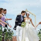 自然光溢れるチャペルでの感動的なセレモニー後は、ガーデンテラスに出て、青空の下、ゲストとの思い出を残して!