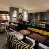 ゲストを最初におもてなしするラウンジは100名ほど過ごせるゆったりとした空間。バーテンダーが作るカクテルを飲みながら友人らと語らうのも楽しみの1つ。装飾品はもちろん壁や椅子などの色や素材も異なり、さらにゲストの皆様を楽しませることでしょう。