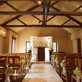 アンクィールのチャペル☆南フランスの素朴な教会をモチーフとしています。実際にチャペルで使用されていたアンクィークのランプや木の椅子が並ぶあたたかみのあるセレモニースペースです。ゲストも自然と温かい気持ちになれるアットホームな挙式が叶います。
