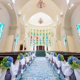 大聖堂の壮大さを用いたチャペルで永遠の愛を誓いあう