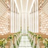 関東最大級のホワイトチャペル【ル・アンジュ】は天井の高さ8m! 天井が高いからこそ味わえる聖歌隊の響きわたる歌声も魅力的◎