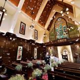 【St GEORGE CHURCH】着席 90名 1000年前、イギリスで実際に使われていた教会を移築。歴史ある「本物」だけが持つ比類なき存在感は、重厚な扉を開けた瞬間に感じる空気の流れ、ステンドグラスを通して降り注ぐ光にあふれています。