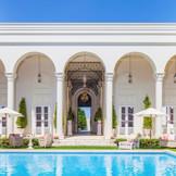 凱旋門を抜けるとそこには、豪華なプール付ガーデンが広がります。 多数の演出を楽しめる空間を完全貸切にできるので、おふたりらしいオリジナルウェディングが叶う。