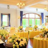 【カーサマルガリータ】明るい太陽の輝きを感じる開放的な空間。邸宅内は白を基調とした、シンプルでナチュラルな装い。 季節の花々を使ったフラワーコーディネートや、カラフルなテーブルコーディネートでふたりの理想のパーティ空間に。