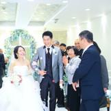 全員参加のフラワーシャワー演出で退場!家族結婚式の温かさが溢れだす素敵な時間。