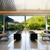 太陽の軌道を吟味した造園、周囲の雑音を遮断するように計算された建築。どこにいても庭園を眺められる造りに