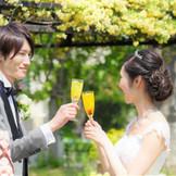 心地よい風が吹き抜け、ふたりもゲストも自然とリラックスした笑顔に。都内にいながら海外リゾートを感じられる開放的なウエディングパーティを。