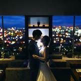 ロマンティックな夜景が広がるナイトタイムのラウンジ