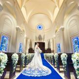 感動挙式が叶うチャペルは、ロイヤルブルーのバージンロードが美しく、天井15m、バージンロード18mで都内最大級の広々とした空間。ロイヤルブルーのバージンロードが純白のウエディングドレスを惹き立てます。オリジナル儀式「確認の儀」も人気。