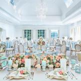 花嫁の幸せなときめきを白を基調にした空間が輝かせてくれる。緑のガーデンを眺めながら、親しいゲストと美食と歓談をゆっくり楽しむ和やかなパーティはいかがですか・・・