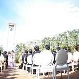 【憧れのガーデン挙式】 青空の下、ゲストに見守られての挙式