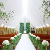 自然光溢れるガーデンチャペルがリニューアル!壁面やヴァージンロードにグリーンを配い より一層ナチュラルな空間に。