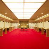 真っ赤の絨毯と白無垢が写真栄え
