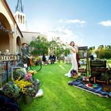 会場からも見渡せるグリーンのガーデンには季節の花が咲き誇り、寛ぎの空間と時間を演出。会場とガーデンの架け橋となる広いテラスでは、雨が降った時でも様々な演出が可能です。ゲストの皆様を非日常の時間へとお連れします。