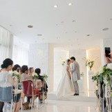 顔合わせを兼ねた家族婚!親族+本当に仲良い友達だけを招待した2,30名くらいの少人数婚!にぴったりの可愛いチャペルはイマのトレンド♪