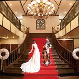 洋装も和装も映える大階段は撮影スポットとしても大人気。