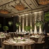 【葵・東】パレスホテル東京を代表するメインバンケット。広大な森の「木」「水」「緑」のイメージをコンセプトにデザインされたシックな会場