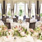 """伝統的な英国邸宅を再現した""""Fortuna""""ドーム型のステンドグラスが華やかな天井からはシャンデリアが飾られ室内を柔らかく照らしてくれます"""