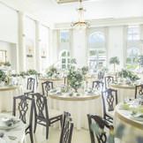 自然光が入る開放的な披露宴会場は、ガーデンとの行き来も自由にできる