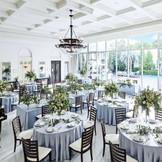 白を基調とした自然光が降り注ぐ披露宴会場