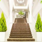 大階段での集合写真やブーケトス-。すべてが最高の1日を演出。