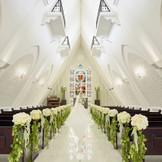 ふたりの想いが交わる三角屋根と印象的なステンドグラス ヴァージンロードは長さ13m