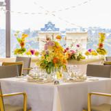 ホテル最上階にあるレストラン「BellaVista」お昼は一面の窓から自然光 が差し込み会場内は、とても明るい雰囲気に包まれます。 前面ガラス張りだから、どのお席からも岡山城はもちろん、市内を一望出来ます。
