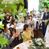 【ガーデンヴィラ】幅広い世代のゲストが集まるパーティにふさわしい空間で美食と会話を愉しむひとときを