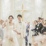 挙式後はゲストから盛大なフラワーシャワーの祝福を受けよう!