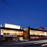 西海岸のホテルを思わせるミニマルなデザインのビーチリゾート。夏場は湘南の名所に