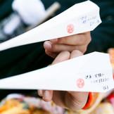 神橋渡橋の際には、二人の願いを紙飛行機に書いて願いを叶えよう。