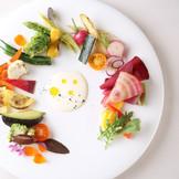 旬の食材をお皿の上にちりばめて彩りを加えて…