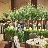 【Wel'evo(ウェレヴォ)】会場の中心にはシンボルツリーを配置し、ゲスト同士や新郎新婦とのコミュニケーションが生まれる場所に。フォトスポットとしても活躍する。