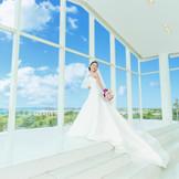 太陽の光を浴びれば純白のドレス姿が一層美しい。
