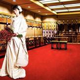 日本古来の美意識が息づく、凛とした佇まいの神殿。 厳粛な雰囲気の中、美しい雅楽の音色に包まれながら神前式が執り行われていきます。