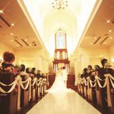 柔らかい光が現れる特別な挙式会場で、永遠の愛の誓いを。