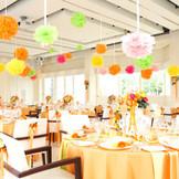 披露宴会場「ピュール」 2014年新コーディネートが誕生です!! オレンジやイエローで会場内を明るくポップにしても こんなにお似合いです!