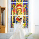 祭壇前にある階段では、ドレスをさらに美しく見せることができます。