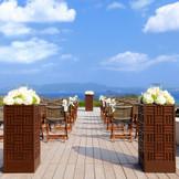 沖縄半島で最も美しいといわれる東シナ海・名護湾を臨むテラスで穏やかに進むセレモニー
