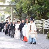 結婚式前に参加者全員で本殿参拝