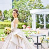 ウエディングドレスの純白が、自然の緑に映えて、写真撮影にはぴったりのスポット。