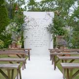 挙式スタイル【ガーデンナチュラルウェディング】 ナチュラルな緑が生い茂る風舎ならではのガーデンウェディング。新録の季節は特に花嫁の白いウェディングドレスを一層引き立てます。