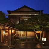 歴史ある老舗料亭旅館ならではの趣き。 日本松と四季折々の木樹がお二人とゲストを迎えてくれる
