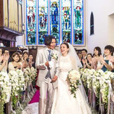 英国の伝統と歴史を受け継いだ教会で家族や友人に見守られて執り行う感動の挙式