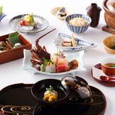 常に季節を感じさせる一松の会席料理。披露宴当日は至高のお料理と共に、ゲストの皆様と至福のひとときをお過ごしください。