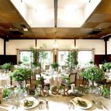 ガラス窓を開け放てばガーデンとひと続きになるパーティ会場はオープンキッチン付き