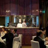ゲストの方の御食事のスピードをシェフが実際に確認しながら次々とお料理が出来上がっていきます