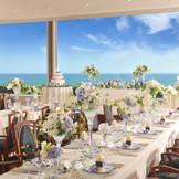 レストランル・トリアノンを貸し切ったホールパーティー。木のぬくもりあふれるインテリアと、壁一面に広がる七里ヶ浜の海。落ち着いた雰囲気の会場では、フルオーダーのお料理をお楽しみいただけます。
