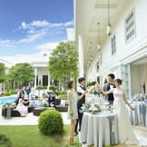 パーティ会場からひと続きの開放的なプール付ガーデン
