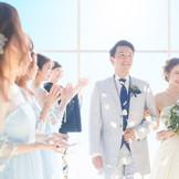 自然光と共にゲストからのフラワーシャワーの祝福に、次のセレモニーへと送り出される。 ゲストみんなの心が和み、あたたかな笑顔に包まれる。アットホーム空間。